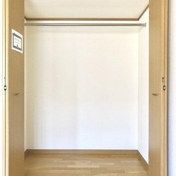 【洋室①】たくさん洋服かけられちゃう※写真は1階の同間取り別部屋のものです