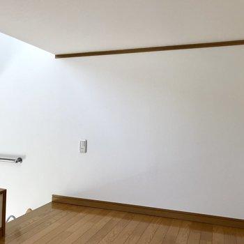 【ロフト】壁にドライフラワーとかつるしたり。※写真は1階の同間取り別部屋のものです