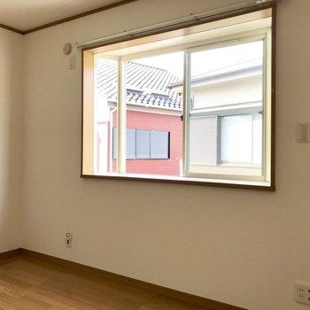 【洋室①】のぼって右側に。出窓になにおこう・・※写真は1階の同間取り別部屋のものです