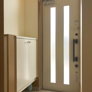 玄関はコンパクトに。※写真は1階の同間取り別部屋のものです