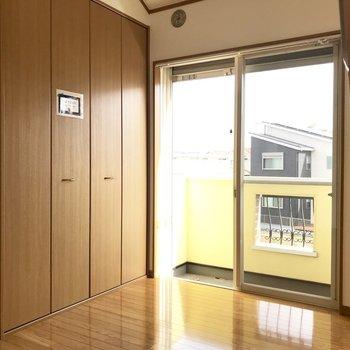 【洋室⓶】お向かいに。ロフトつきだ〜※写真は1階の同間取り別部屋のものです