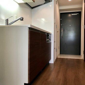 キッチン隣に冷蔵庫が置けますよ※写真は1階の反転間取り別部屋のものです