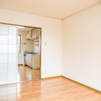 キッチン側にも窓があり、風通しも良いですよ※写真は2階の同間取り別部屋のものです