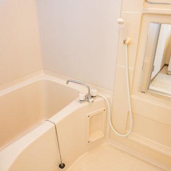 シンプルなバスルーム※写真は2階の同間取り別部屋のものです