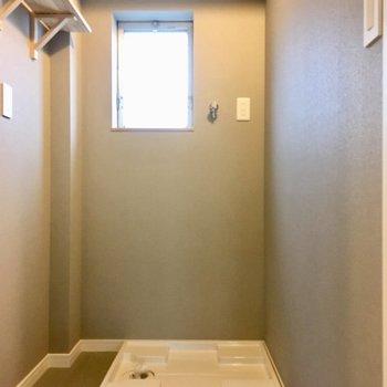 洗濯機置き場も新しく。脱衣所に窓があって換気がしやすい。