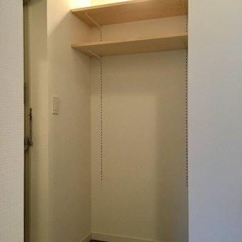 玄関横には可動棚をつけました。何個でも追加できるし、高さも変えられる!