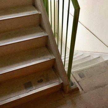 階段を登って3階まで!段数はそんなに多くないです。