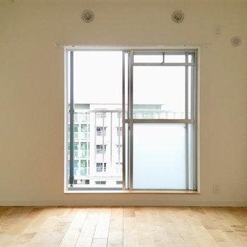 ひとつめの洋室。こちらにも窓とバルコニーがあるから、日当たりと風通しが良い◎