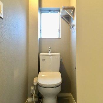 トイレも新品。上の棚が、小さいところだけど便利なんですよねえ。