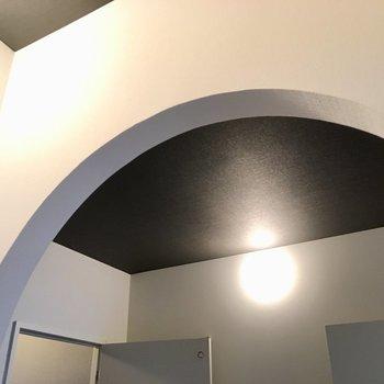 玄関から廊下部分のアーチに、きゅん。天井の色もステキ・・