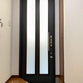 光を取り込む玄関扉です。