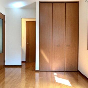 フローリングと扉たちの色が同系色ですね。