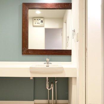 洗面台まで映え、、木枠の鏡なんてステキすぎる!