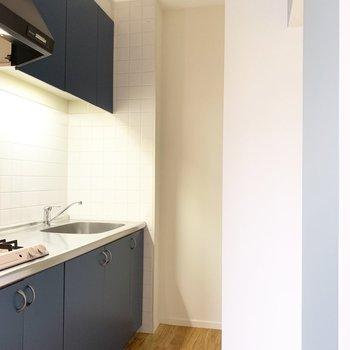 奥まったところにキッチン。冷蔵庫はサイズ要チェック