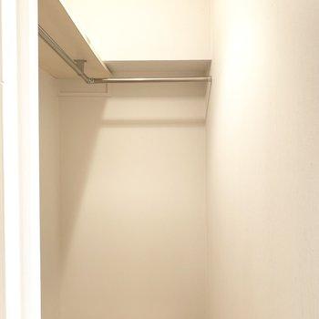 廊下の扉を開けるとウォークインクローゼットでした!結構広い!