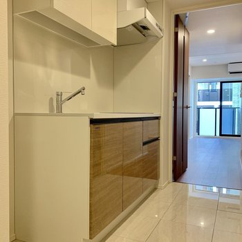 冷蔵庫もキッチン横に収まりますね※写真は7階の同間取り別部屋のものです
