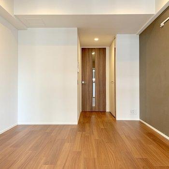 ベッドは白い壁の方へ※写真は7階の同間取り別部屋のものです