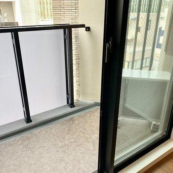 バルコニーの広さは1人サイズ※写真は7階の同間取り別部屋のものです