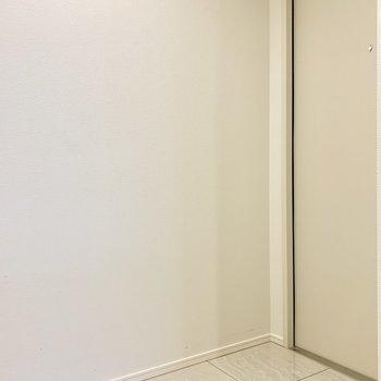 玄関からキッチンまでは段差なく一直線です※写真は7階の同間取り別部屋のものです