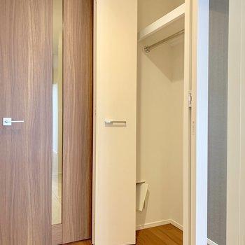 クローゼットには鏡が付いていますよ※写真は7階の同間取り別部屋のものです