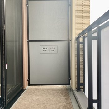 バルコニーは小さめの椅子なら置けそうです※写真は7階の同間取り別部屋のものです