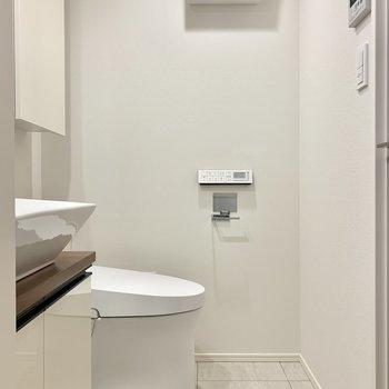 トイレ収納も充実していますよ※写真は7階の同間取り別部屋のものです
