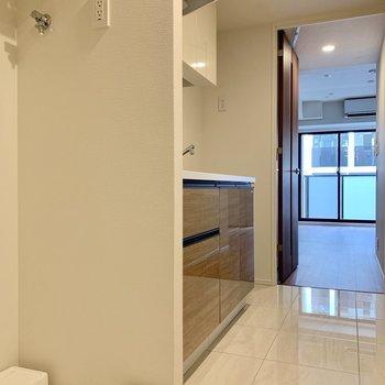 洗濯機は玄関すぐのキッチン横です※写真は7階の同間取り別部屋のものです