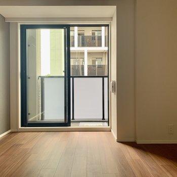 窓からは優しい光が差し込んできます※写真は7階の同間取り別部屋のものです