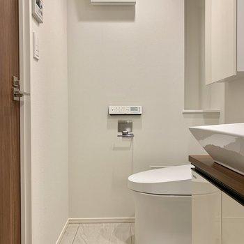 トイレは温水洗浄付きですよ※写真は7階の同間取り別部屋のものです