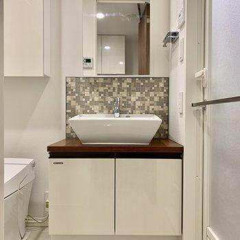 洗面台の鏡は収納になっています※写真は7階の同間取り別部屋のものです