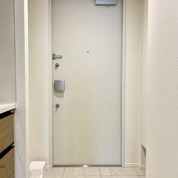 玄関すぐに洗濯機とシューズボックスです※写真は7階の同間取り別部屋のものです