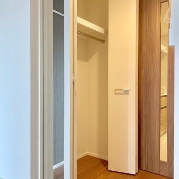クローゼットには鏡が付いています※写真は7階の同間取り別部屋のものです