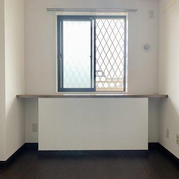 【洋室5.3帖】棚は机代わりとしても使えそう