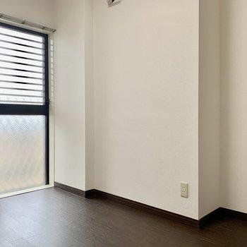 【洋室5.0帖】こじんまりとしているので家具はあまり置かずに