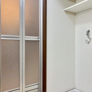 洗濯機置き場は脱衣所の向かいに