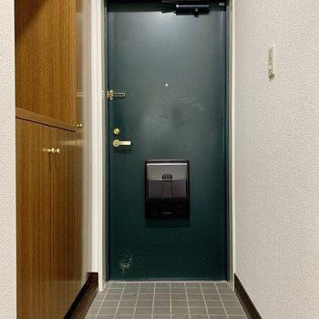 玄関扉は緑でレトロ感が増します