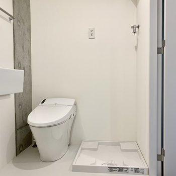 隣にトイレと洗濯機置き場があります。