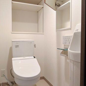 トイレも収納たっぷり!もちろんウォシュレット付き◎(※写真は2階の反転間取り別部屋のものです)