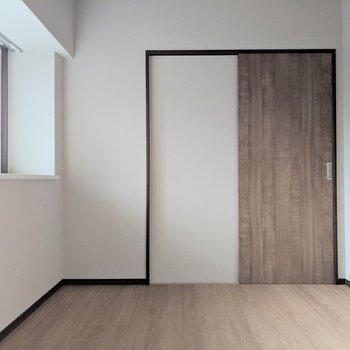 【洋室7帖】ベッドの向きはこっちかなぁ(※写真は2階の反転間取り別部屋のものです)