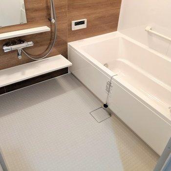 スタイリッシュなお風呂。浴室乾燥・暖房・冷房機能付きと欲張りです。(※写真は2階の反転間取り別部屋のものです)
