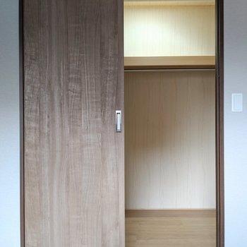 【洋室7帖】このお部屋にも大容量のウォークインクローゼット!(※写真は2階の反転間取り別部屋のものです)