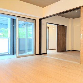 【LDK】お隣のお部屋ともう1つ奥にあるのは?(※写真は2階の反転間取り別部屋のものです)