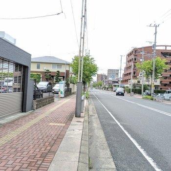 駅までの道は歩道の広い大きな道や