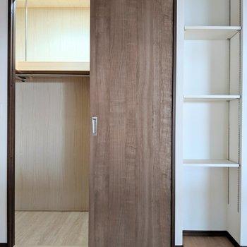 【洋室5.5帖】入り口は狭いけど中は広いウォークインクローゼット!(※写真は2階の反転間取り別部屋のものです)