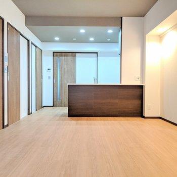 【LDK】広い空間に佇む対面キッチンが自慢です。(※写真は2階同間取り別部屋のものです)