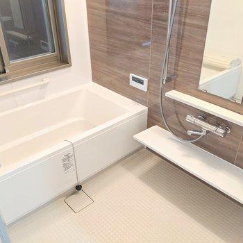 スタイリッシュなお風呂は浴室乾燥・冷房・暖房で贅沢♫珍しい大きめサイズの窓付いてます。(※写真は2階同間取り別部屋工事中のものです)