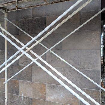 1階の一部タイルです。これだけでもカッコイイのがわかる〜(※写真は2階同間取り別部屋工事中のものです)