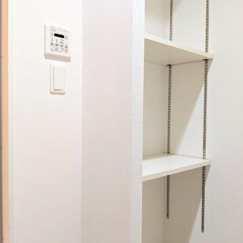 その後ろに造付けの棚が。タオルや洗剤のストックを◎(※写真は2階同間取り別部屋のものです)