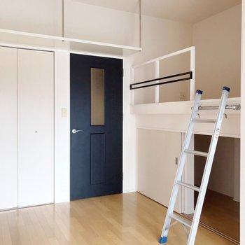 右側のスペースはベッドスペースにちょうどいいロフト(※写真は8階の同間取り別部屋、清掃前のものです)