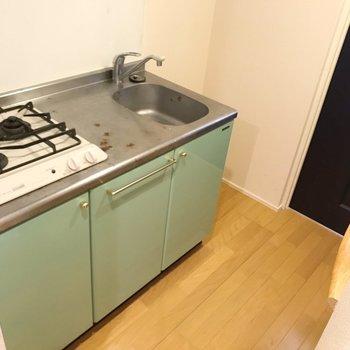 向かいにも作業台があるので自炊が捗りそうです♪(※写真は8階の同間取り別部屋、清掃前のものです)